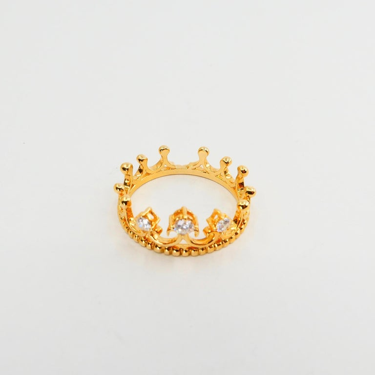 18 Karat Yellow Gold Three-Stone Crown Ring Brilliant Cut Diamonds For Sale 5