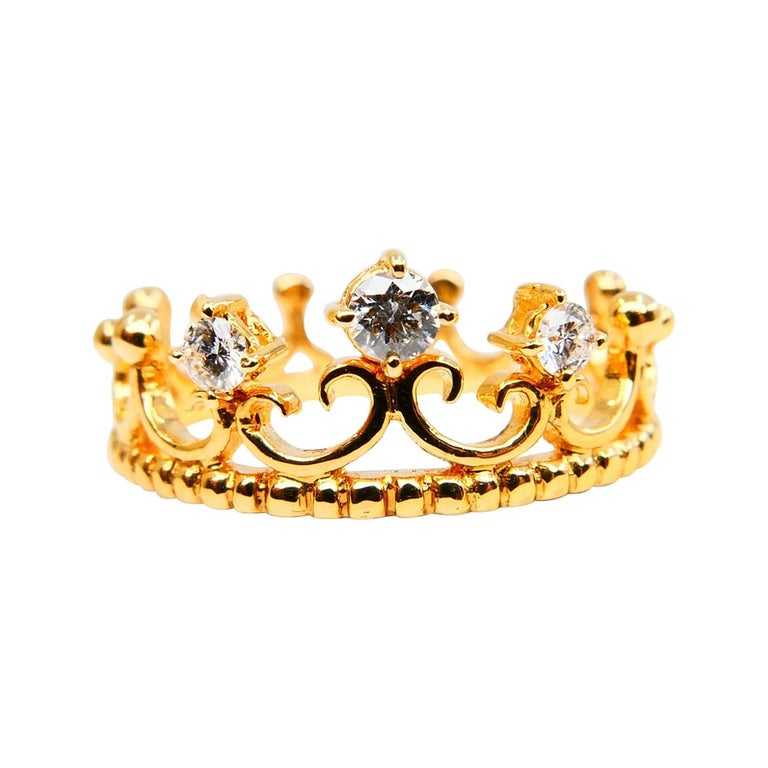 Round Cut 18 Karat Yellow Gold Three-Stone Crown Ring Brilliant Cut Diamonds For Sale