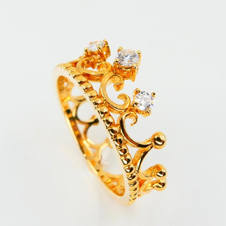 18 Karat Yellow Gold Three-Stone Crown Ring Brilliant Cut Diamonds In New Condition For Sale In Hong Kong, HK