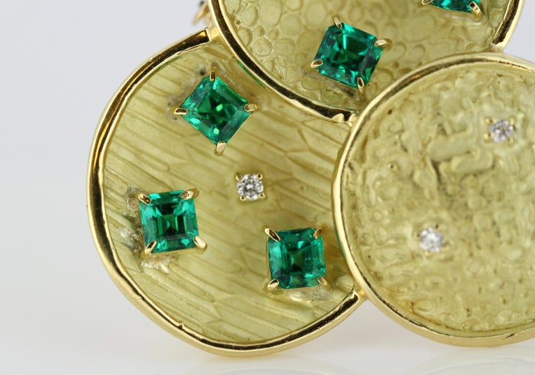 18 Karat Gold Brooch with Emeralds and Diamonds In Good Condition For Sale In Braintree, GB