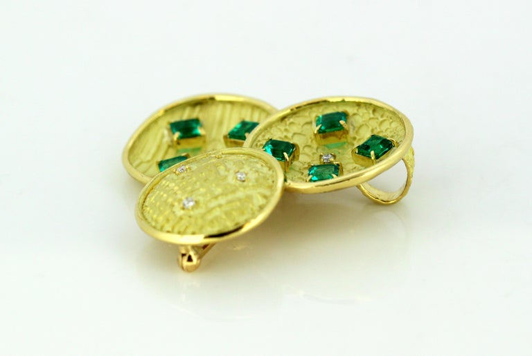 18 Karat Gold Brooch with Emeralds and Diamonds For Sale 2