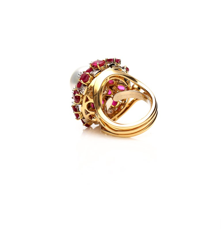 18 Karat Gold Ring with Oval Cut Rubies, Diamonds and South Sea Pearl For Sale 4