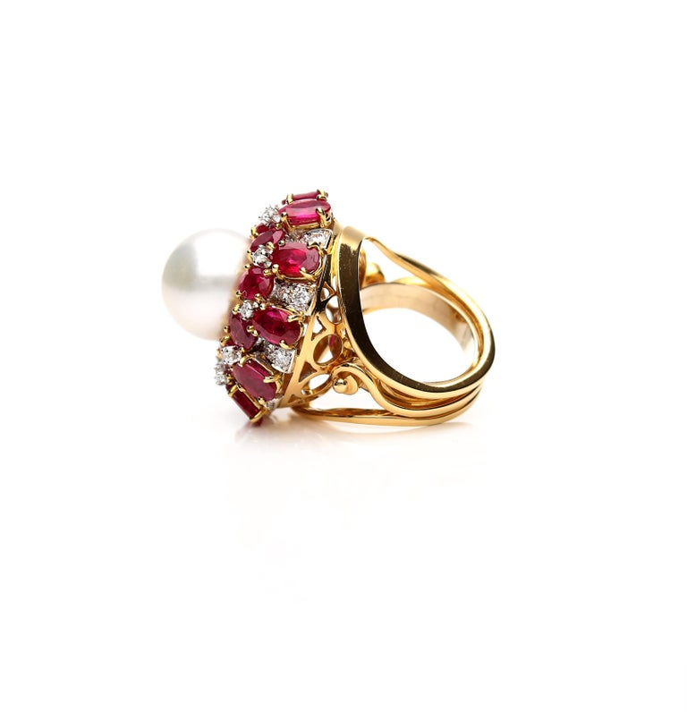 18 Karat Gold Ring with Oval Cut Rubies, Diamonds and South Sea Pearl For Sale 5
