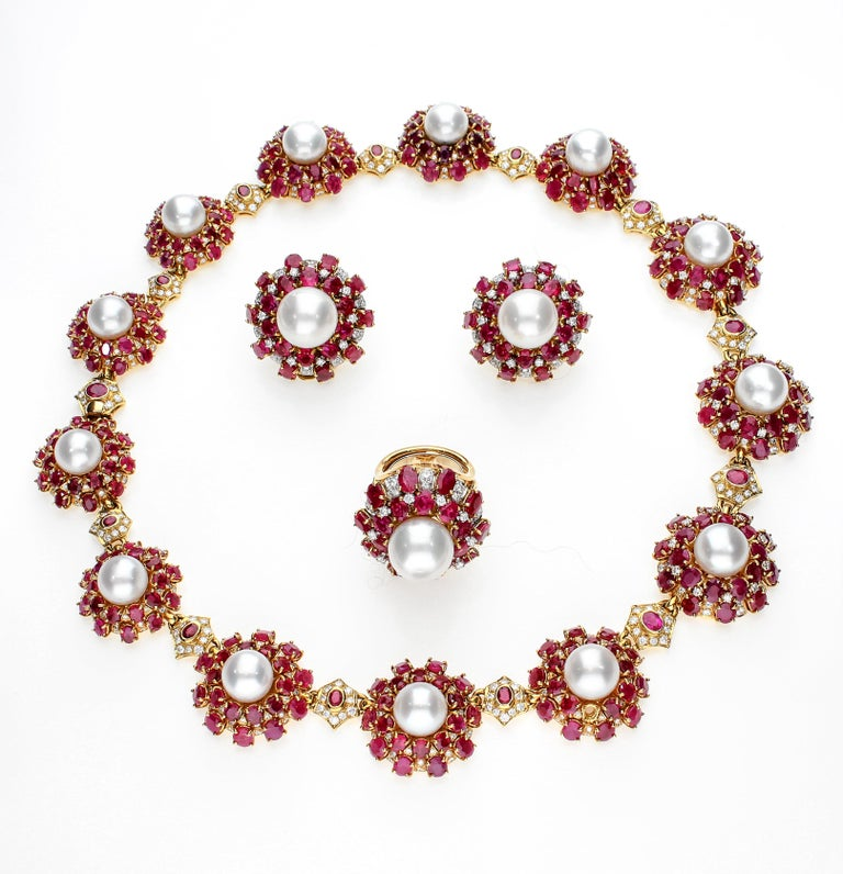 18 Karat Gold Ring with Oval Cut Rubies, Diamonds and South Sea Pearl For Sale 6