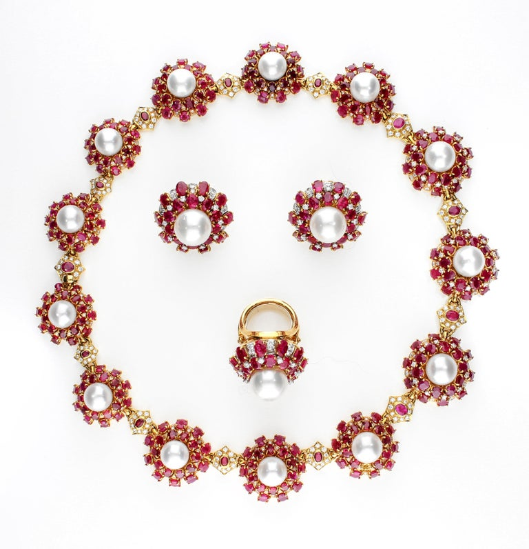 18 Karat Gold Ring with Oval Cut Rubies, Diamonds and South Sea Pearl For Sale 7