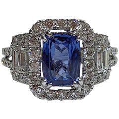 18 Karat Gold Blue Sapphire Ring Set with Brilliant and Baguettes Cut Diamonds