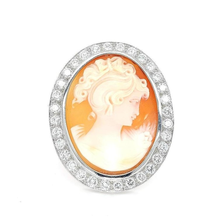 18 Karat White Gold French Victorian Style Cameo Brooch with Large Diamonds In Excellent Condition For Sale In Antwerp, BE