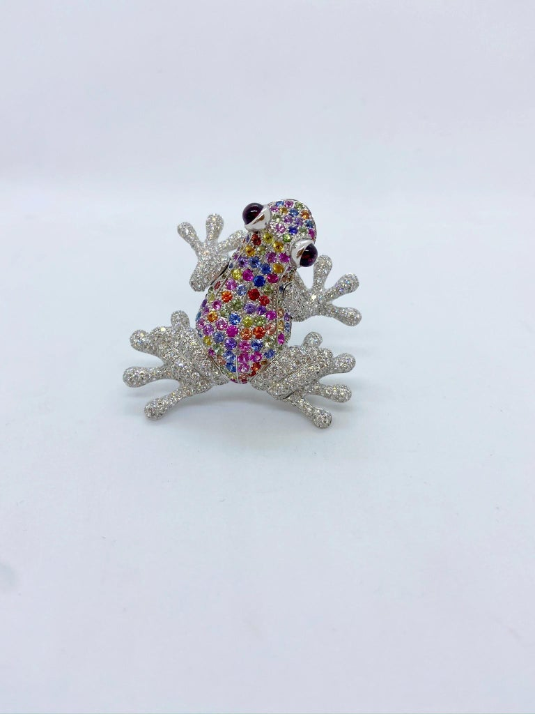 18Kt White Gold Frog Brooch with Diamonds and 6.70 Carat Multicolored Sapphires In New Condition For Sale In New York, NY