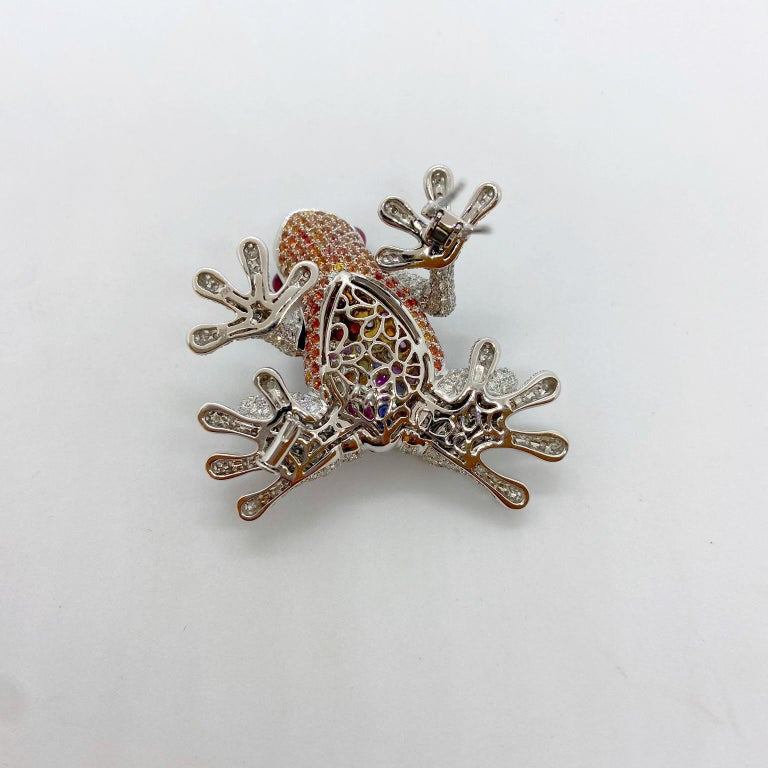 18Kt White Gold Frog Brooch with Diamonds and 6.70 Carat Multicolored Sapphires For Sale 1