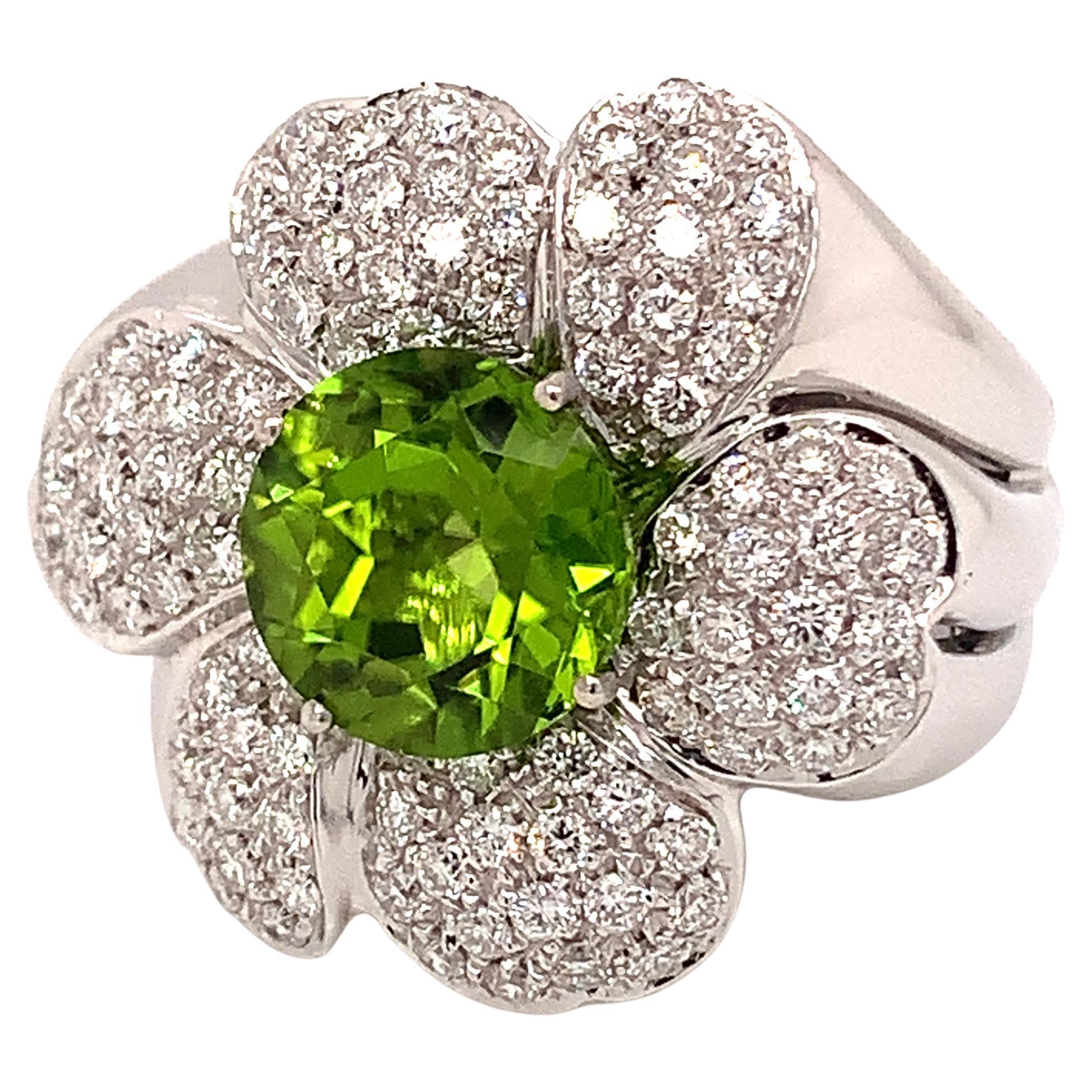 18kt White Gold Stunning Peridot Ring with White Diamond