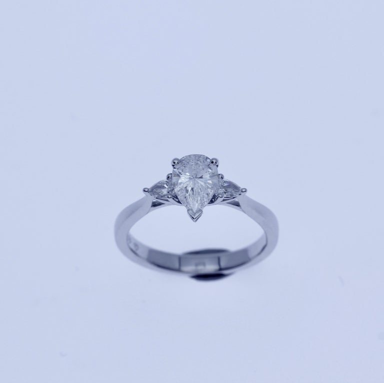 18Kt White Gold Three-Stone Engament Ring GIA Certified 0.90Ct Pear cut Diamond In New Condition For Sale In Antwerpen, BE