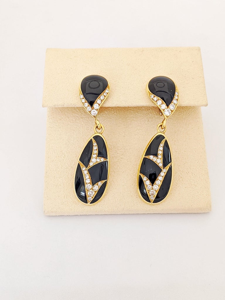 Round Cut 18 Karat Yellow Gold, 1.10 Carat Diamond and Black Onyx Hanging Drop Earrings For Sale