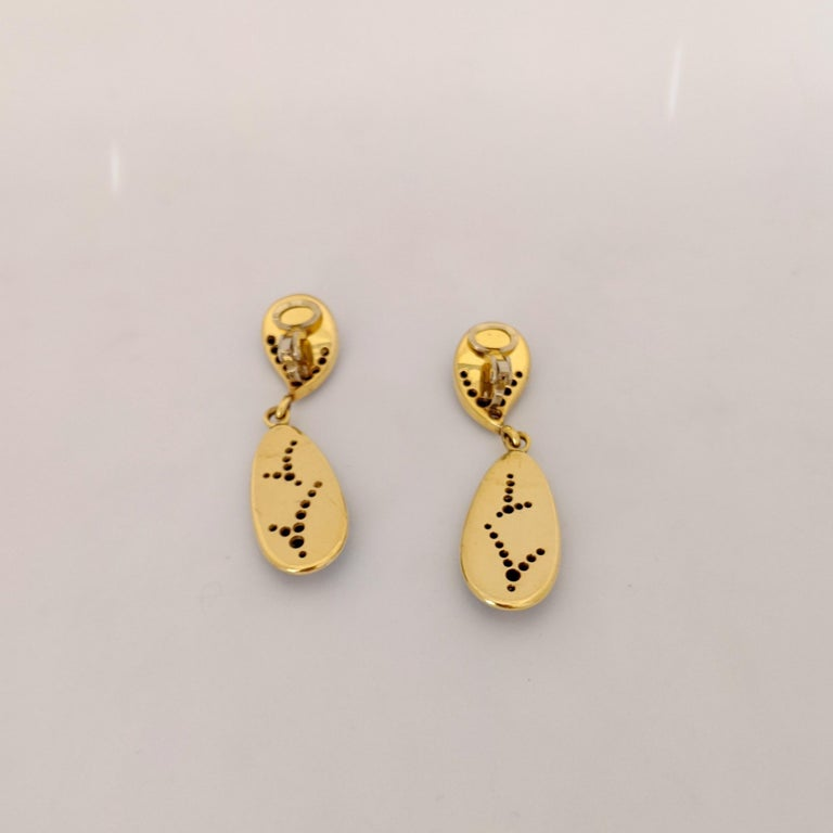 18 Karat Yellow Gold, 1.10 Carat Diamond and Black Onyx Hanging Drop Earrings In New Condition For Sale In New York, NY