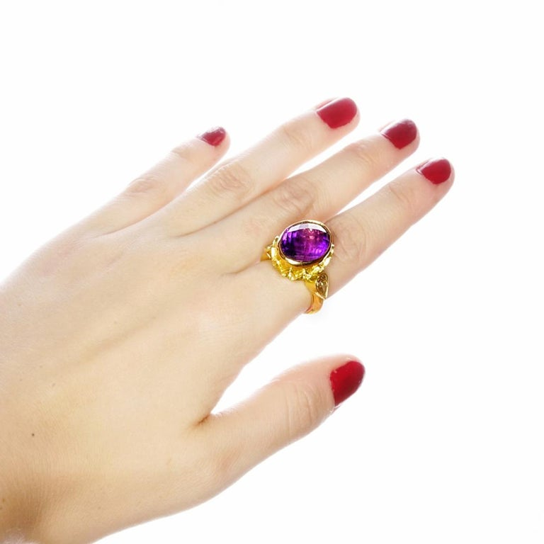 Vivid Splendour Ring in 18 Karat Yellow Gold, Amethyst and Diamonds For Sale 1