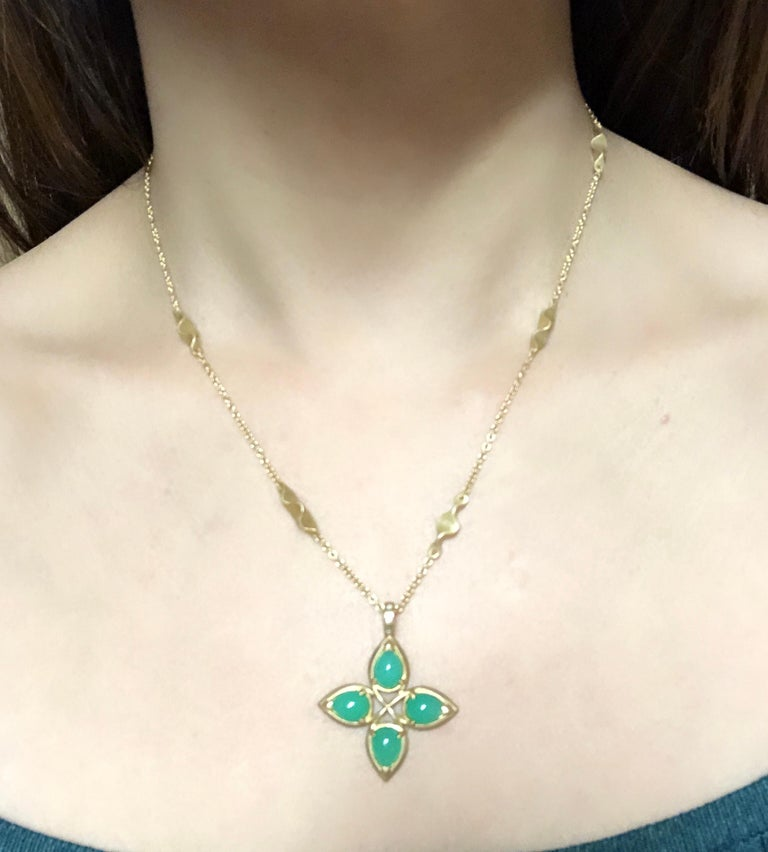 18 Karat Yellow Gold Caleo Chrysoprase Pendant Necklace In Good Condition For Sale In Stamford, CT