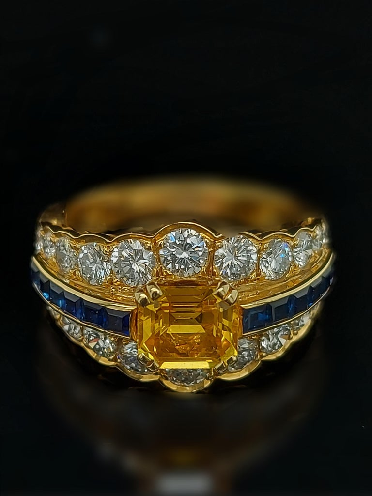 18 Karat Yellow Gold Ring with Large Yellow Sapphire Blue Sapphires and Diamonds In New Condition For Sale In Antwerp, BE