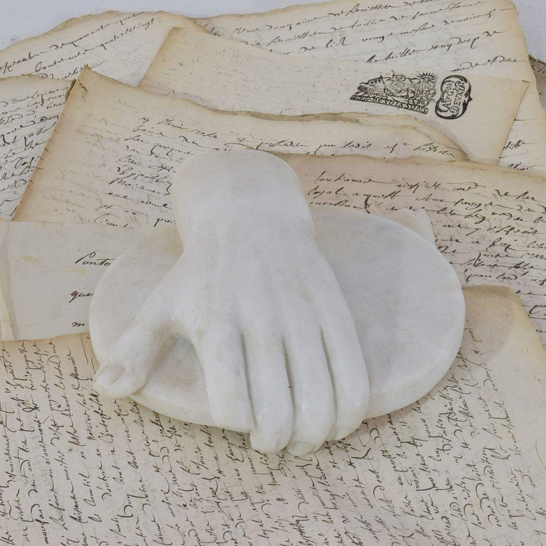 18th-19th Century Italian Marble Fragment of a Hand Holding a Disc In Good Condition For Sale In Amsterdam, NL