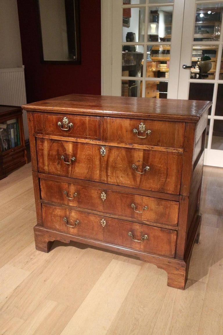 Beautiful 18th century antique chest of drawers in walnut and oak. The chest of drawers is made of oak, with the drawers finished with walnut. This was not uncommon in the 18th century. The drawers are fitted with subtle satin wood inlays. Cabinet