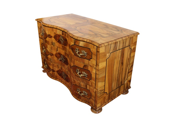 Polished 18th Century Big Baroque Walnut Chest of Drawers For Sale