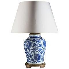 18. Jahrhundert, blau-weiße Keramik, chinesisch Tischleuchte mit Messingbeschlägen