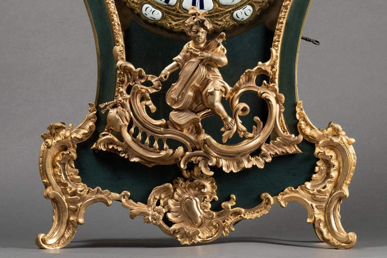 Exceptional cartel by its quality but also by elegance which its deep blue or green lacquer gives it. The Chinese style that was adopted under Louis XV for high-end pieces can be found here. The chiseled bronzes have kept their gilding and are of