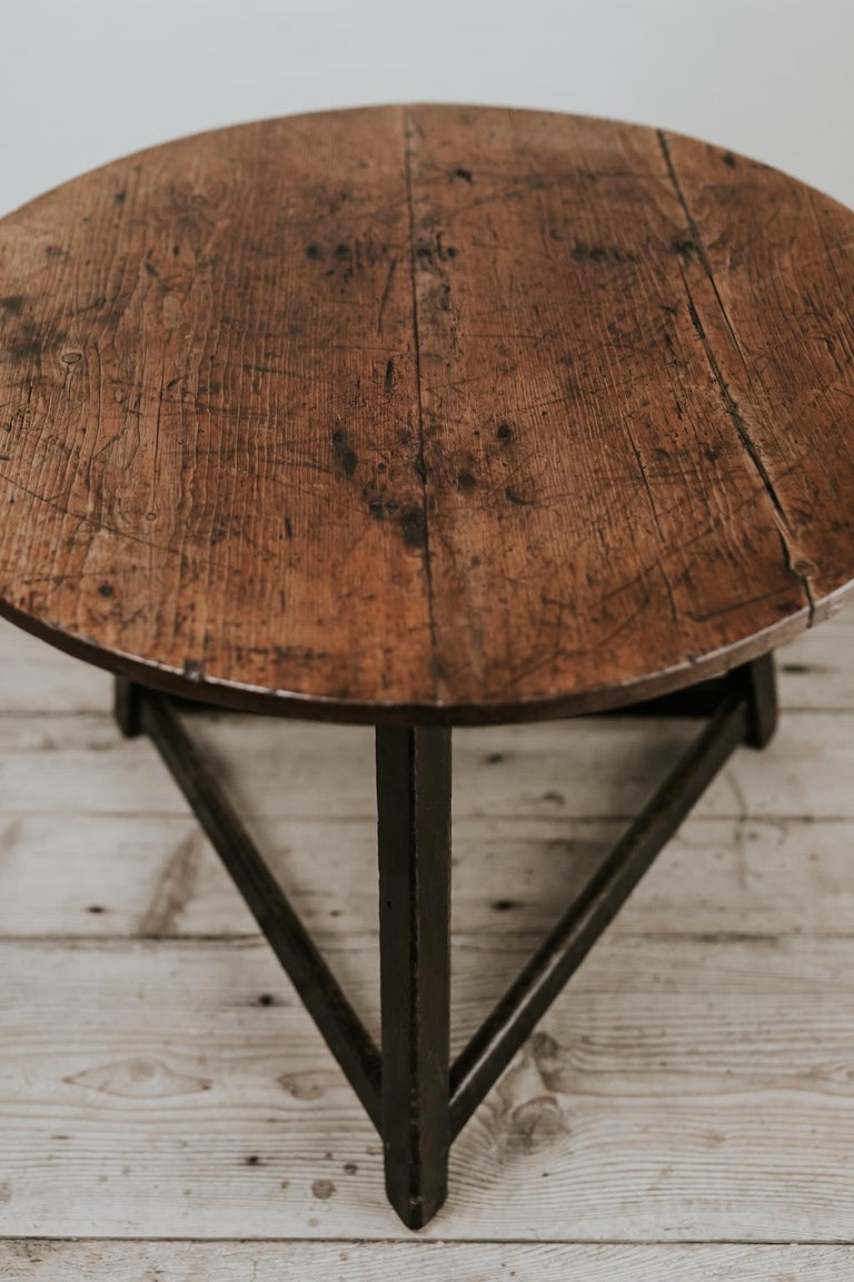 A very charming genuine 18th century oak topped cricket table, pure lines, great design, fits in every interior. Modern or classic.