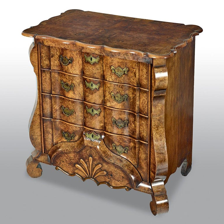 18th Century Dutch Burr Walnut Commode In Good Condition For Sale In Uckfield, Sussex
