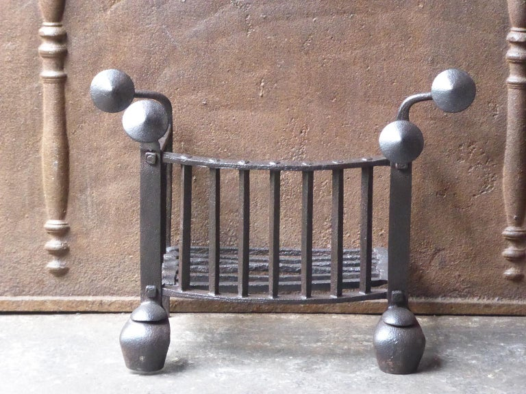 18th century Dutch Georgian fire grate made of wrought iron. The grate has a natural brown patina. Upon request it can be made black/pewter.