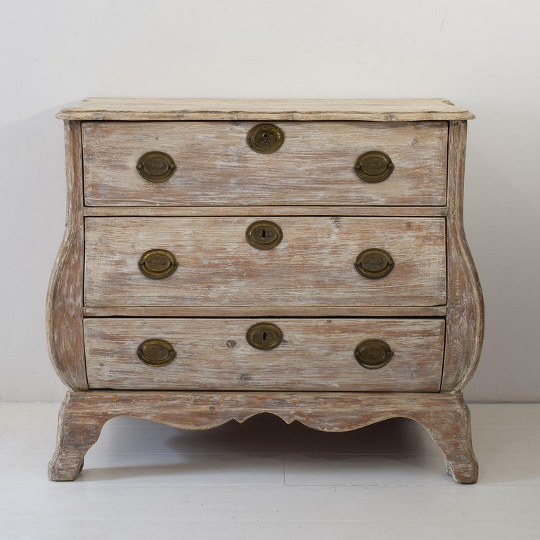 Very nice pine bombe chest of drawers with traces of old color. Holland, circa 1760-1780. Weathered, small losses and old repairs This piece of furniture is beautiful weathered and these imperfections only add to its charm.