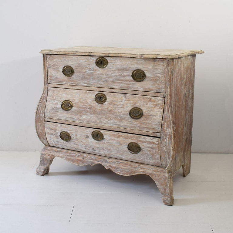 18th Century Dutch Pine Bombe Chest of Drawers In Good Condition For Sale In Amsterdam, NL
