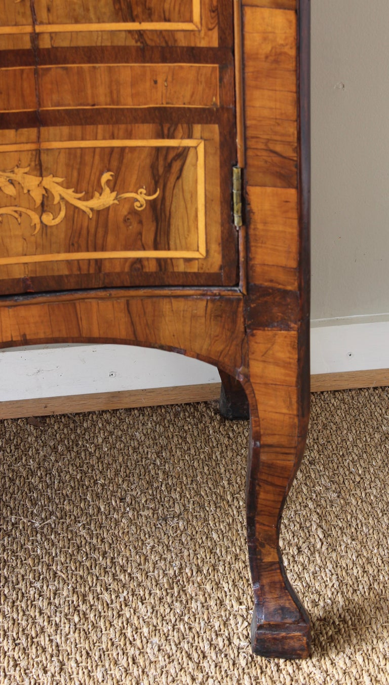 18th Century Dutch Serpentine Front Marquetry Commode For Sale 7