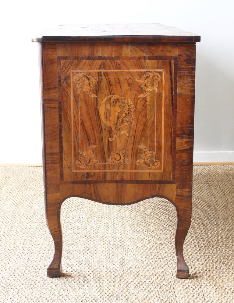 18th Century Dutch Serpentine Front Marquetry Commode In Good Condition For Sale In Kilmarnock, VA