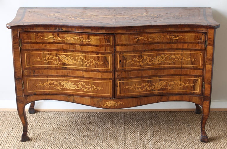 18th Century Dutch Serpentine Front Marquetry Commode For Sale 1