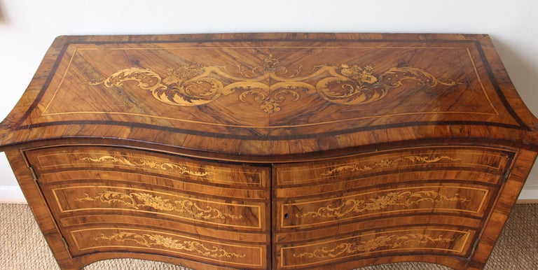18th Century Dutch Serpentine Front Marquetry Commode For Sale 2