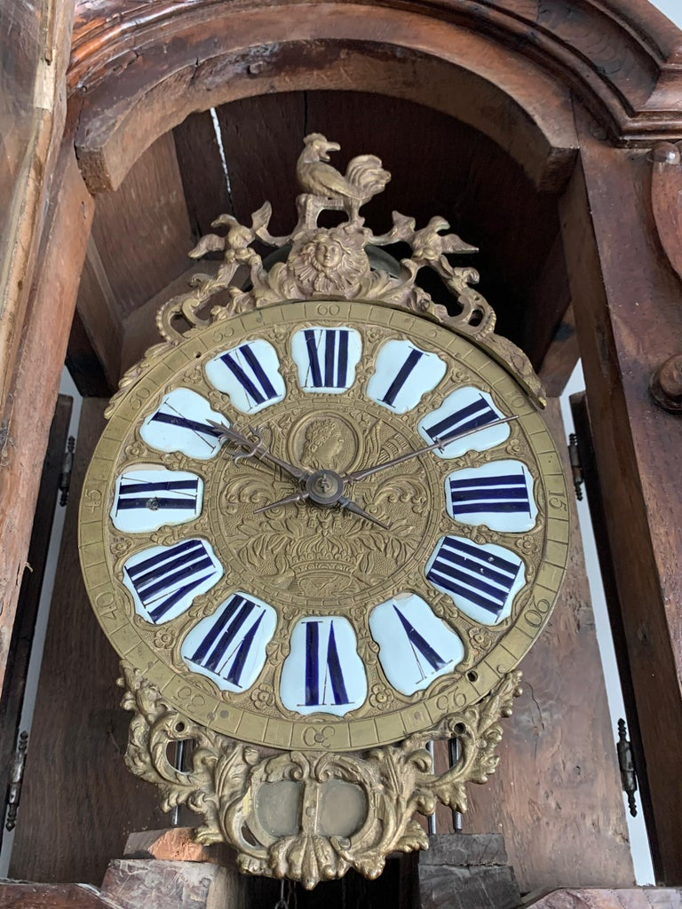18th Century Elegant French Louis XIV Hand Carved Tall Case Clock with Rooster In Good Condition For Sale In Lisse, NL