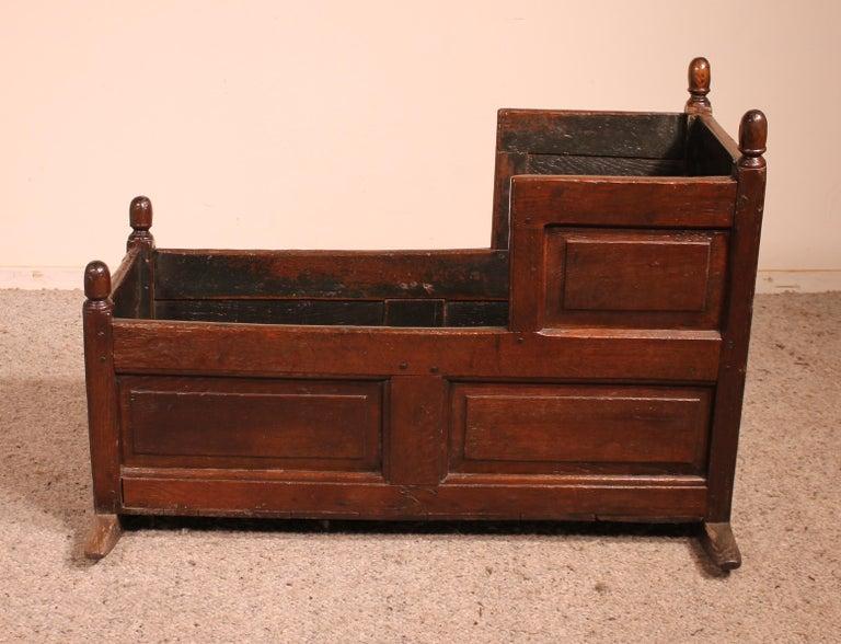 Elegant 18th century English cradle in oak Beautiful decorative and original piece in superb condition Beautiful patina.