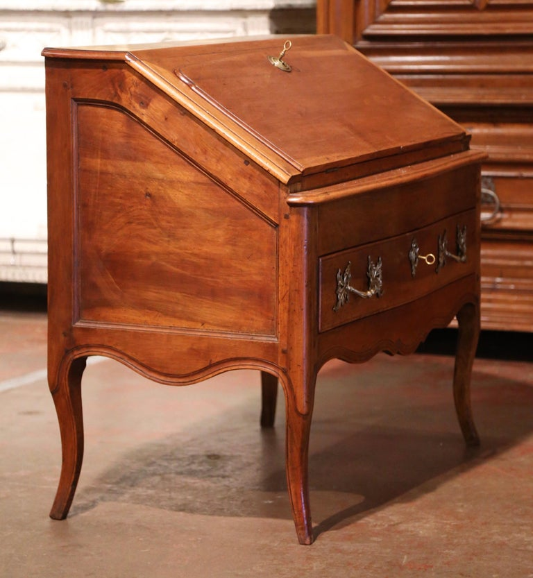 18th Century French Louis XV Walnut Desk Secretary from Provence In Excellent Condition For Sale In Dallas, TX