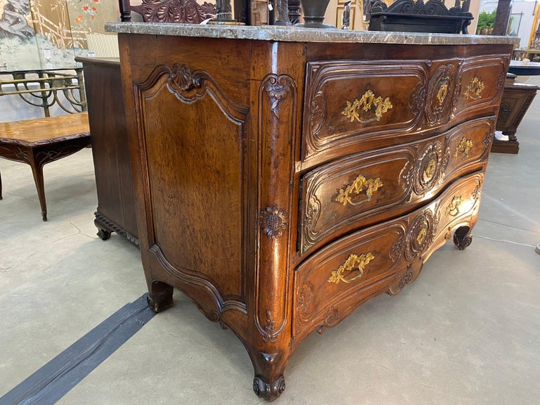 18th Century French Serpentine Marble Top Walnut Commode with Sunflowers In Good Condition For Sale In Charleston, SC