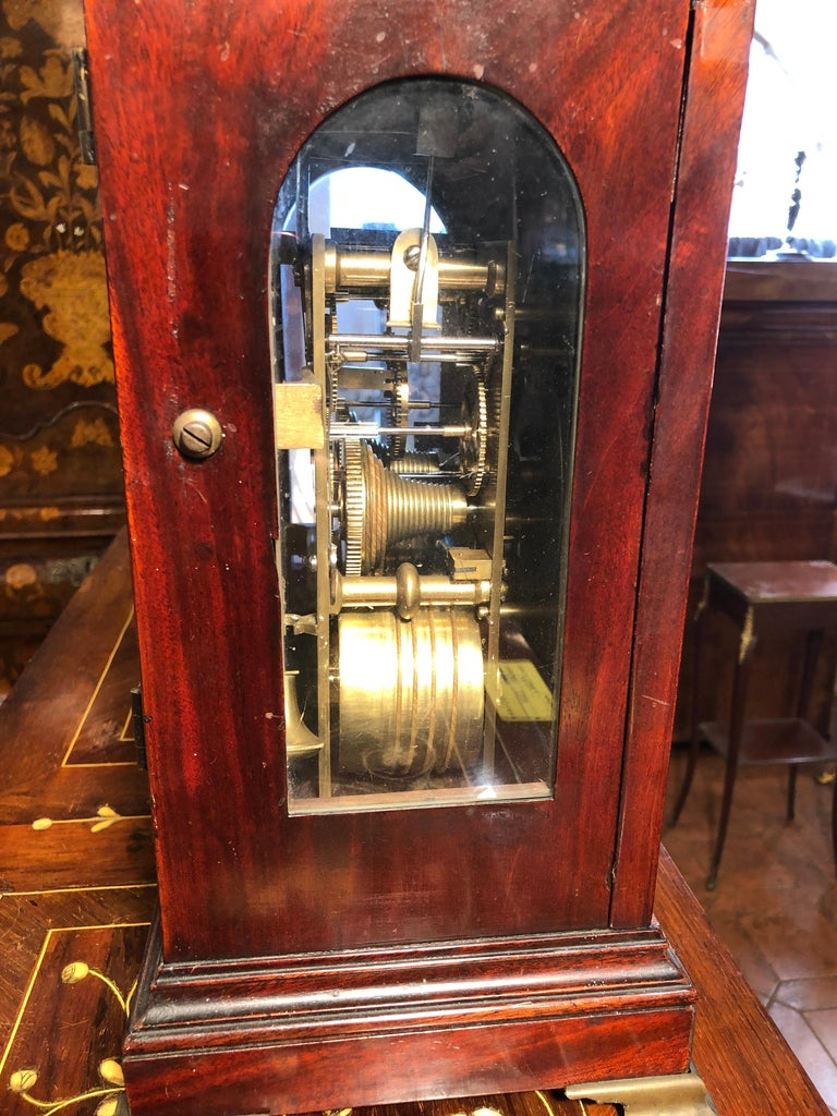 Bracket clock English, period George III, circa 1780, signed both the mechanism and the case. Signed Rivers and Son the mechanism, already revised, while the case is signed W.R. with serial number. In mahogany. Completely original except for a