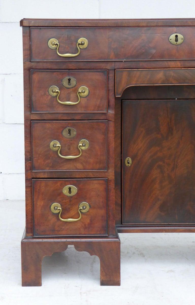 English 18th Century George III Mahogany Kneehole Desk For Sale