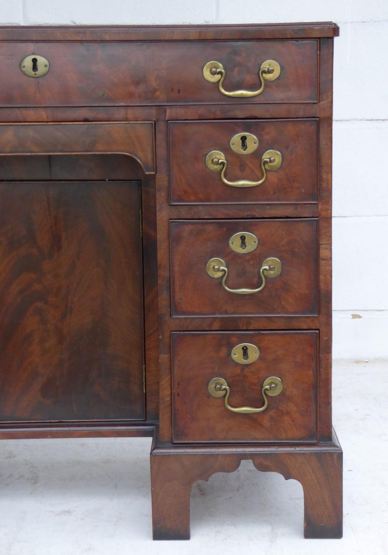 18th Century George III Mahogany Kneehole Desk In Good Condition For Sale In Chelmsford, Essex