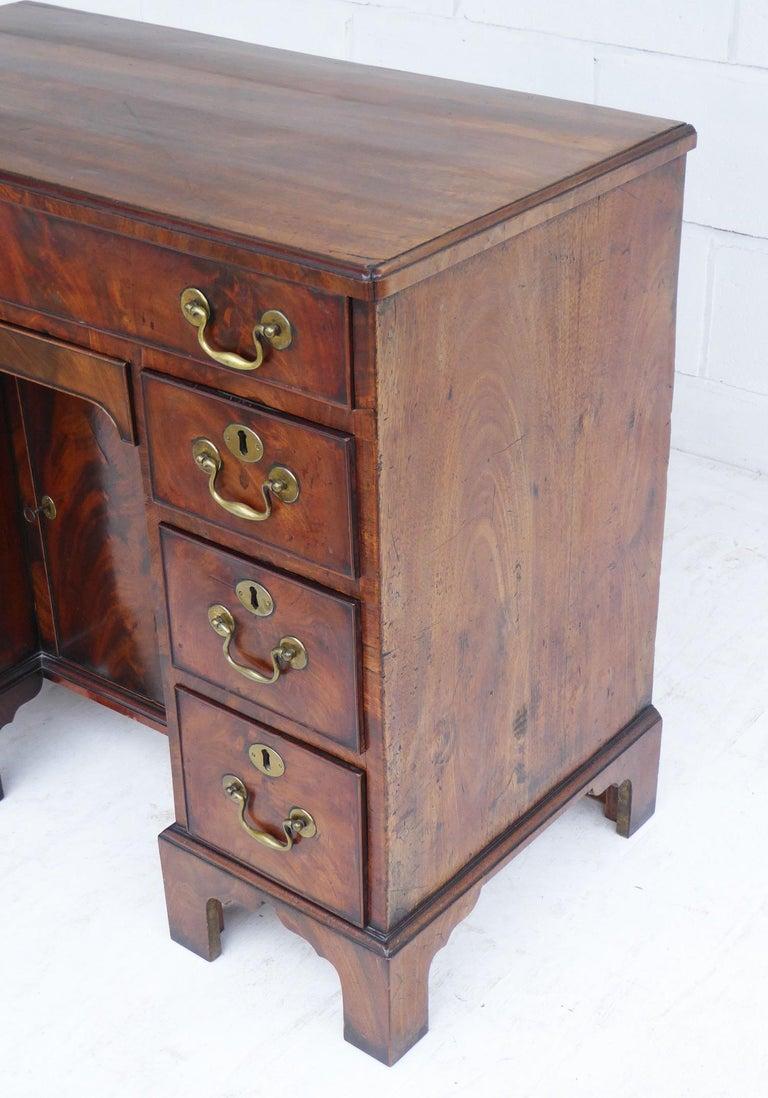 18th Century George III Mahogany Kneehole Desk For Sale 3