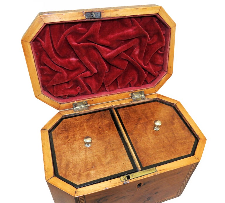 18th Century Georgian Yew Wood Octagonal Tea Caddy In Good Condition For Sale In Bedfordshire, GB
