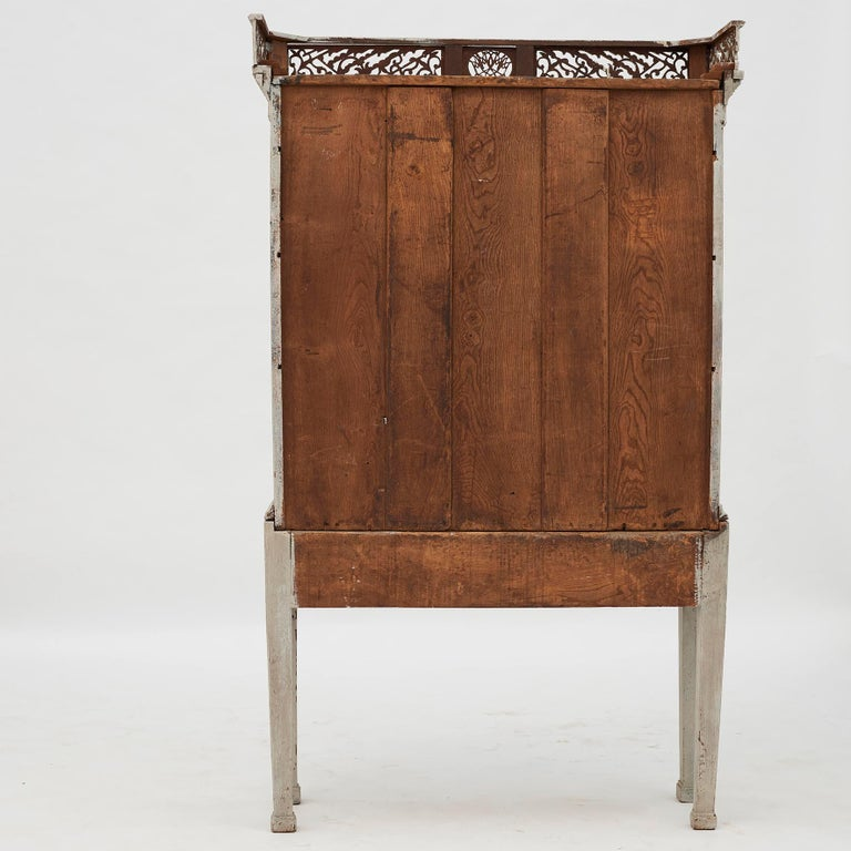 18th Century Gustavian 2-Door Cabinet with Beautiful Blue Color Inside For Sale 6