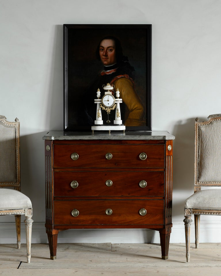 Swedish 18th century Gustavian chest of drawers/commode veneered in mahogany in good proportions. Original chalkstone top plate from the Swedish island of O¨land, circa 1780 Stockholm, Sweden.