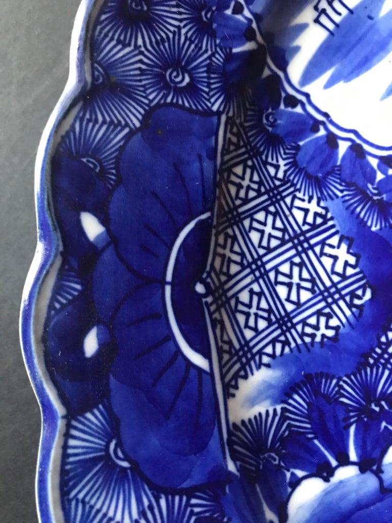 18th Century Imari Blue and White Round Scalloped Japanese Oversized Platter For Sale 3