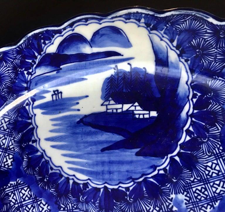 18th Century Imari Blue and White Round Scalloped Japanese Oversized Platter For Sale 4