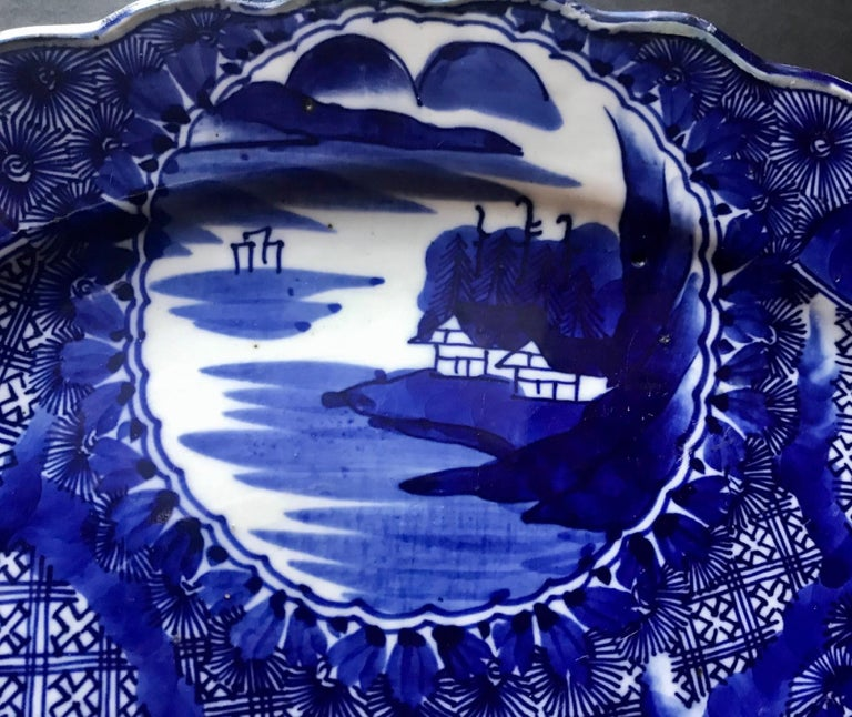 18th Century Imari Blue and White Round Scalloped Japanese Oversized Platter In Good Condition For Sale In Vero Beach, FL