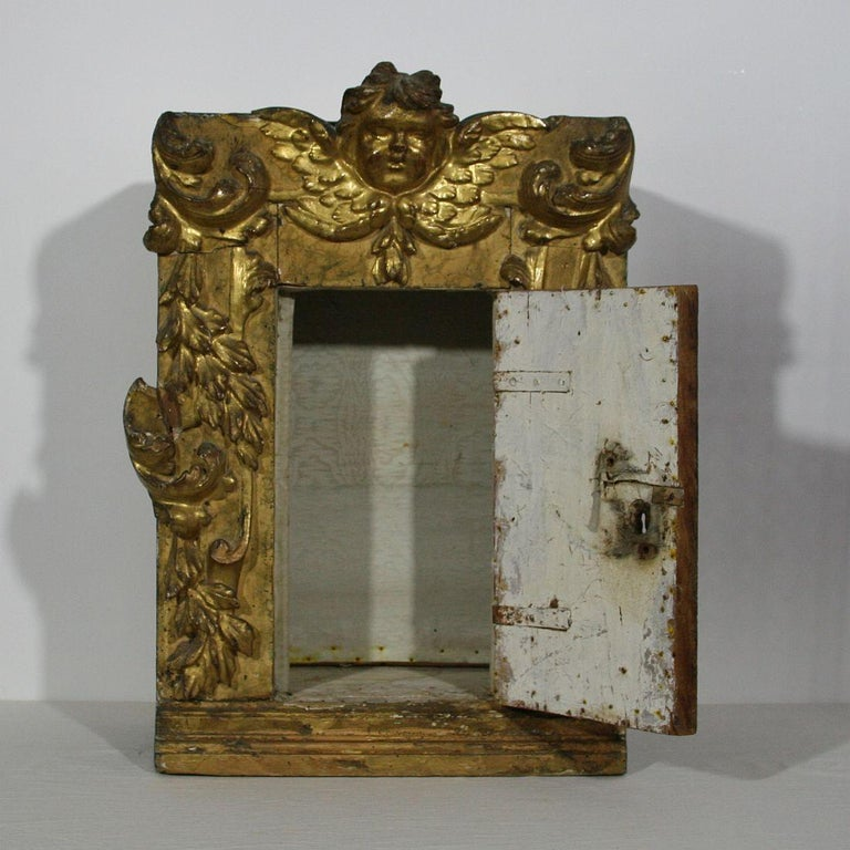 18th Century Italian Carved Giltwood Baroque Tabernacle with Angel In Good Condition For Sale In Amsterdam, NL