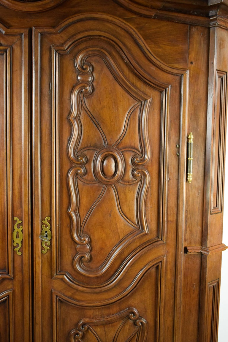 18th Century Italian Carved Walnut Wood Wardrobe  In Good Condition For Sale In , IT